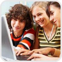 3 adolescentes num computador